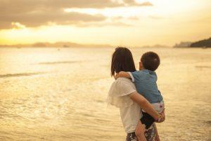 mae-e-filho-na-praia-clubinho-de-ofertas