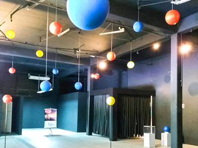 bolas coloridas penduras no teto de um galpão