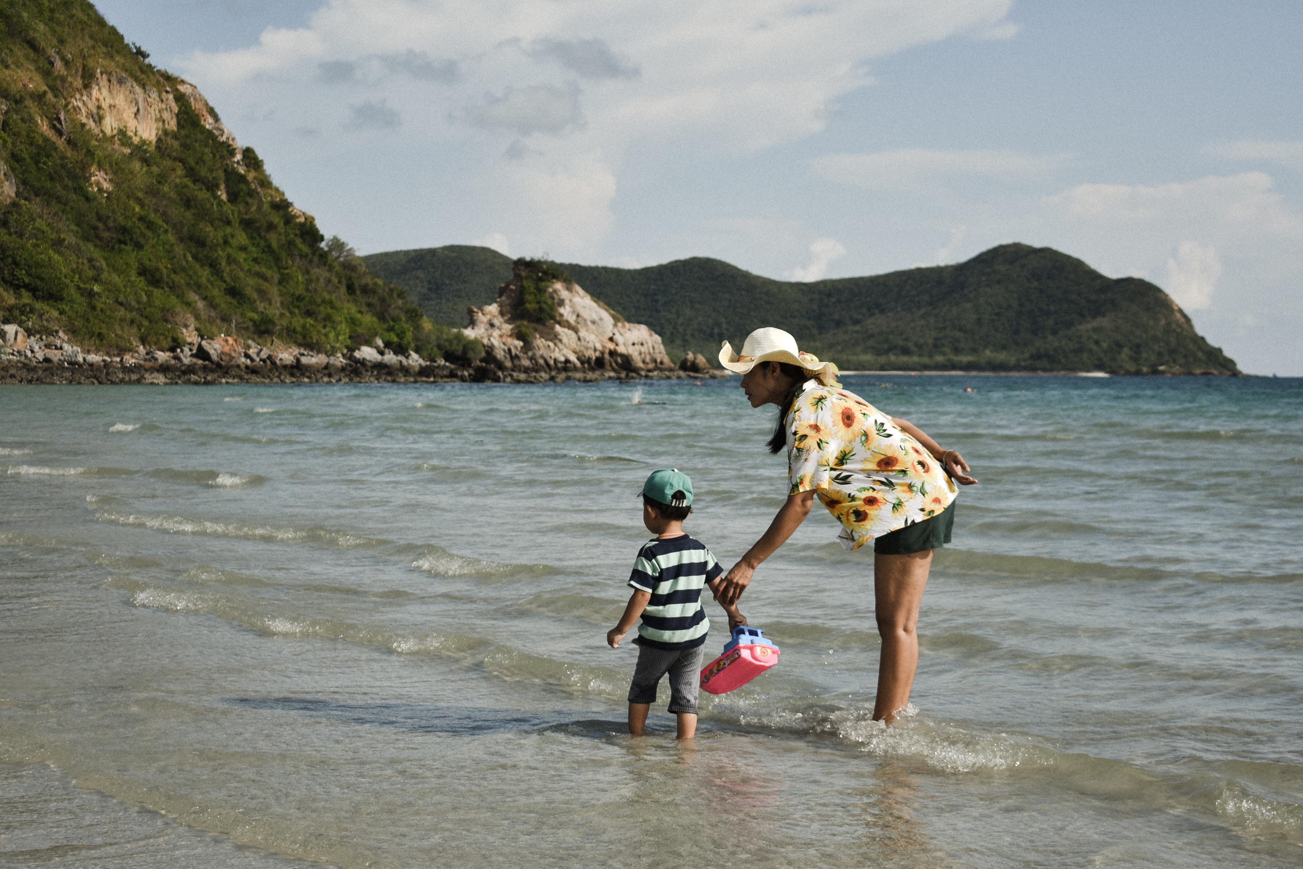 mulher com bebe na beira do mar