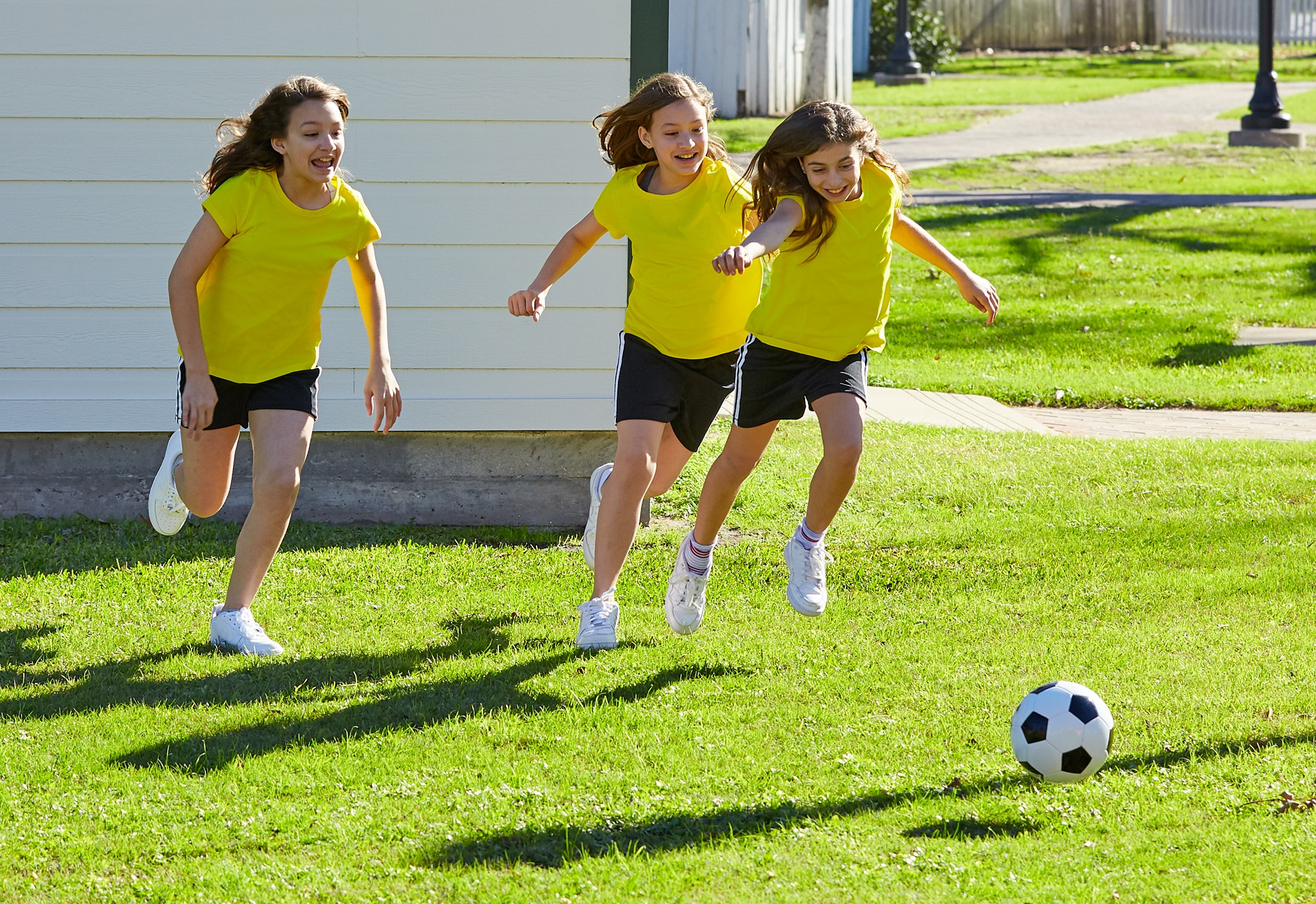 amigas jogando futebol
