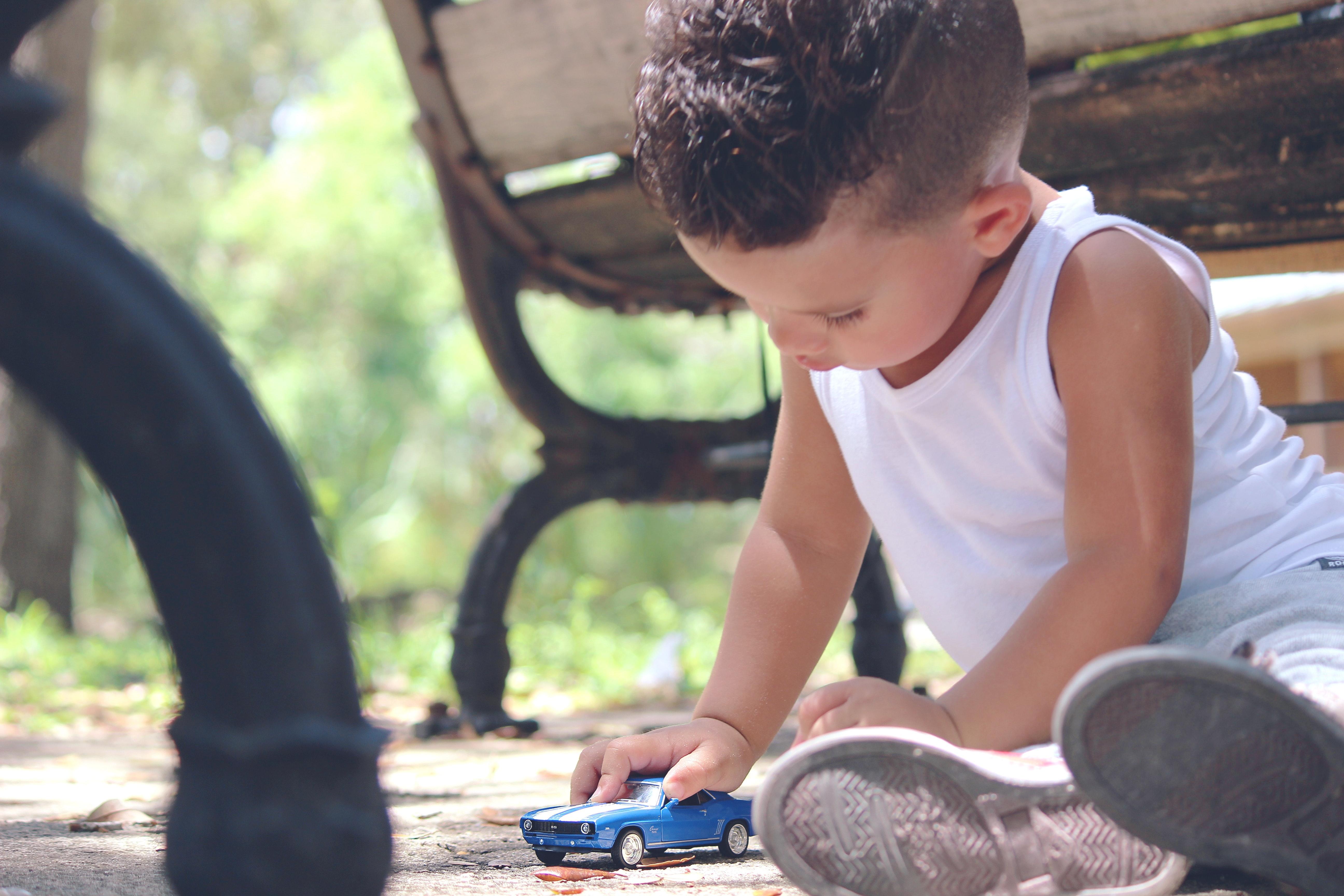 criança brincando sozinha