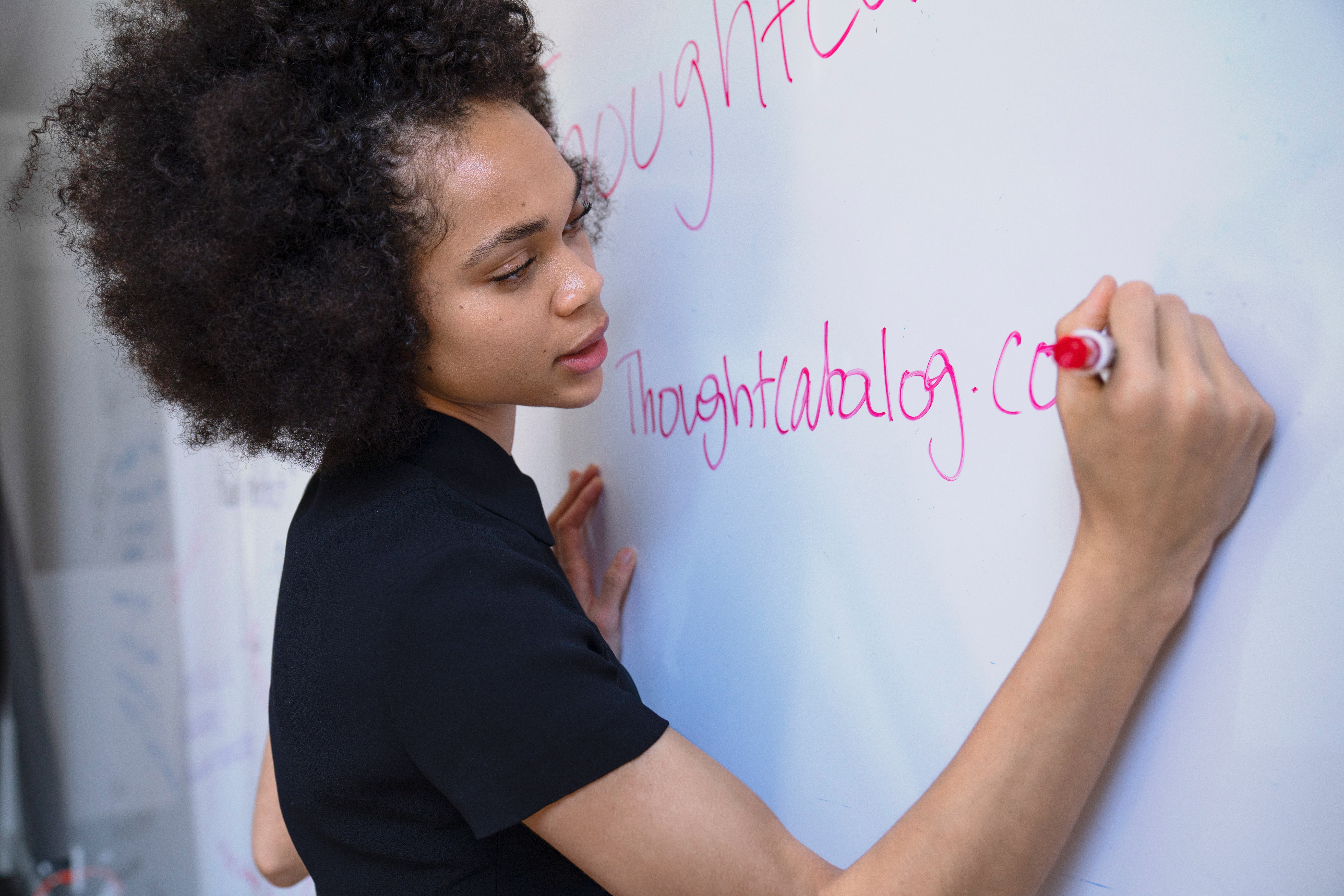 Mulher escrevendo no quadro