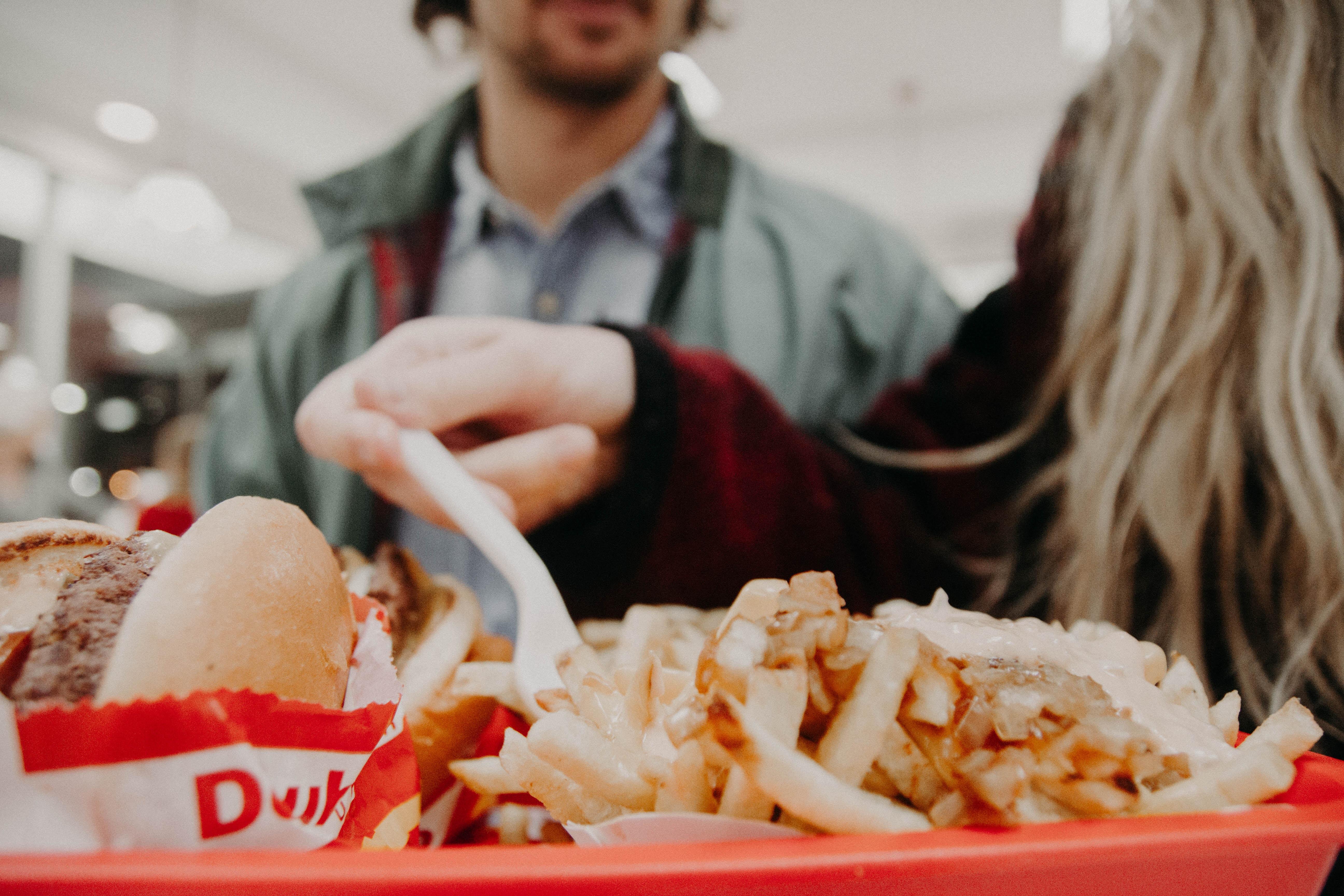 batata frita e hamburger em uma bandeja