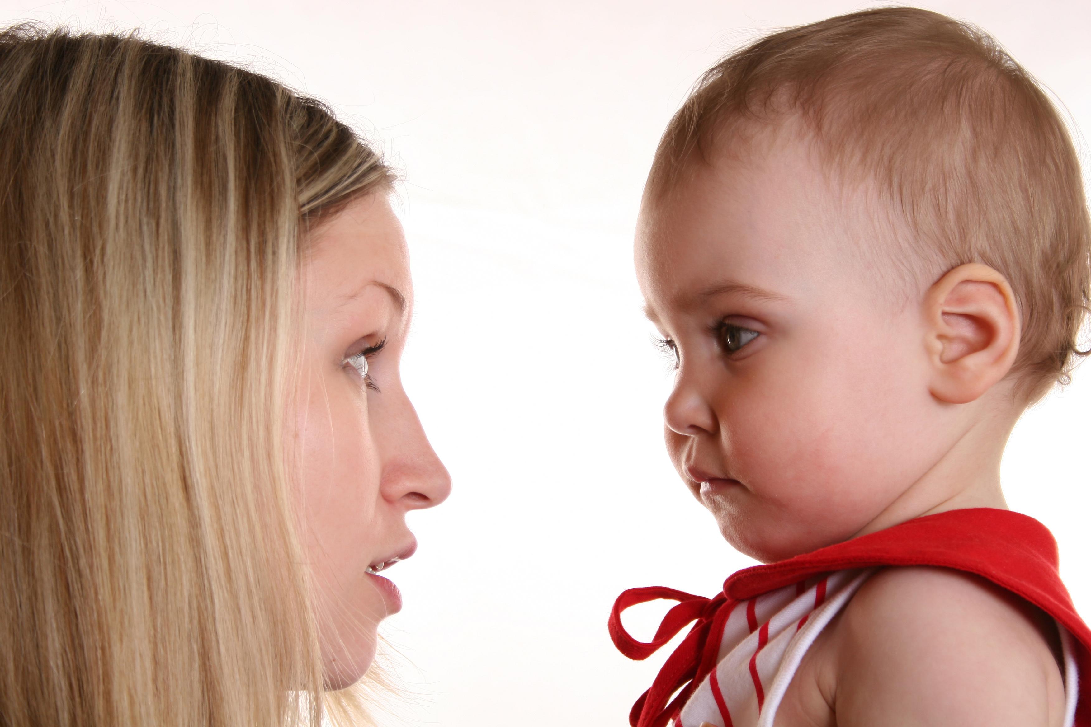 mãe falando com filha bebe