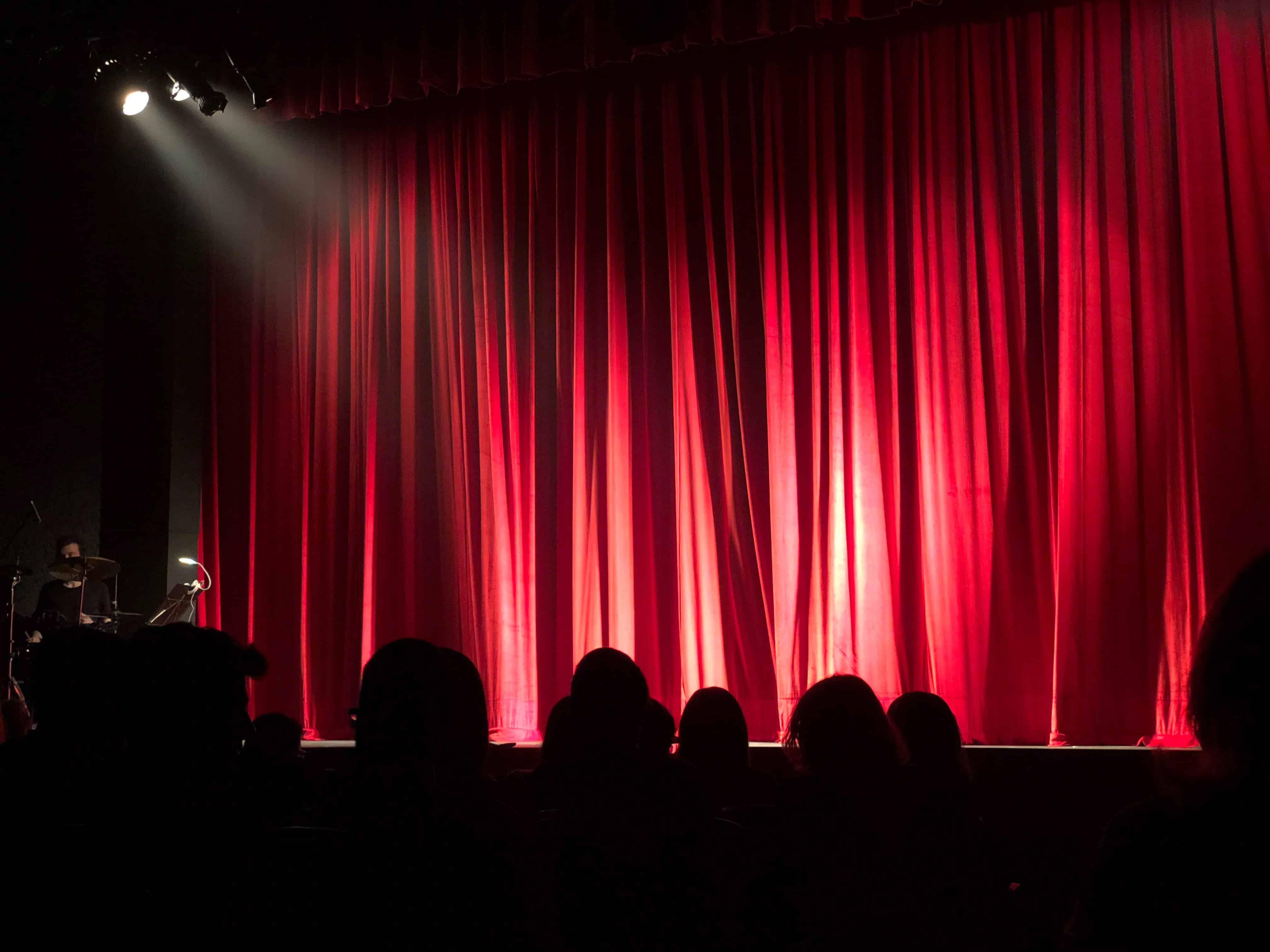 palco de teatro com plateia