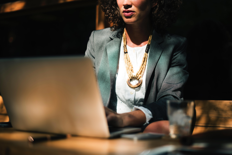 mulher executiva no computador