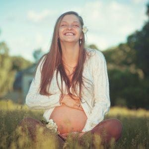mulher grávida sorrindo