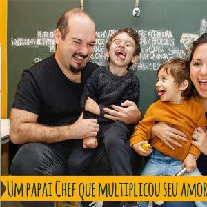 pai, mãe e dois filhos sentados rindo muito