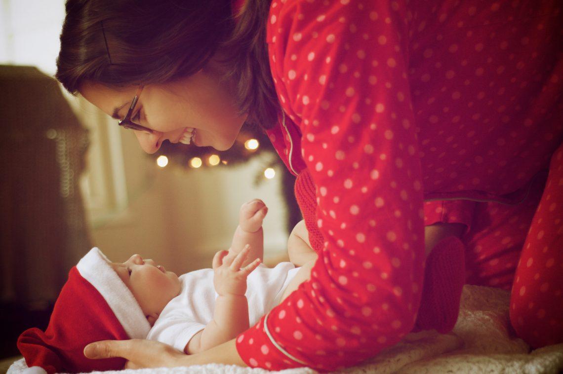 mãe abraçando o bebê