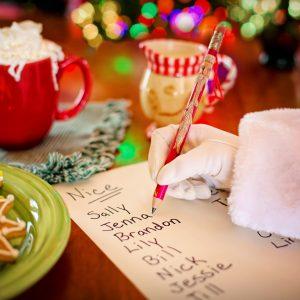 mão escrevendo uma carta com o espirito de Natal
