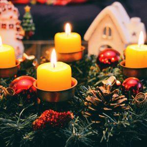velas e enfeites de Natal