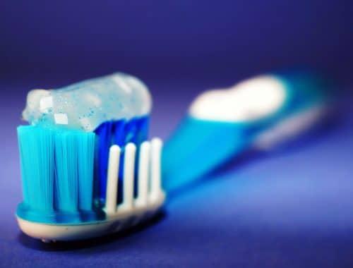 escova de dente com creme dental em cim