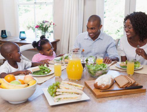 família jantando junto