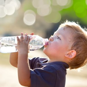 criança bebendo água