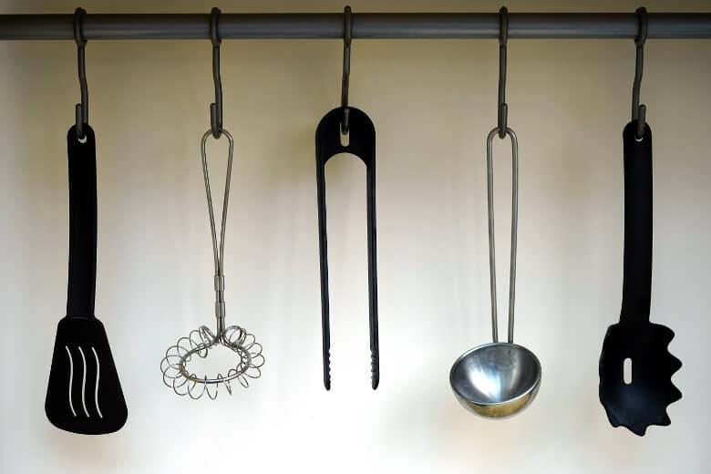 utensílios de cozinha pendurados de forma organizada