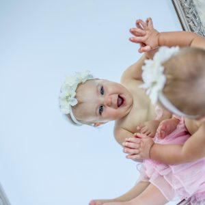 bebê olhando no espelho