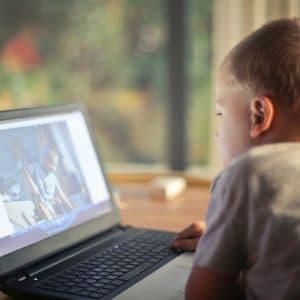 menino usando o computador