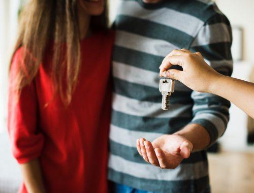 casal recebendo a chave da casa nova