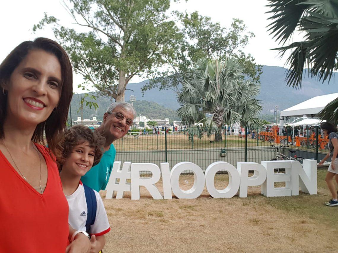família próxima ao letreiro escrito #RioOpen