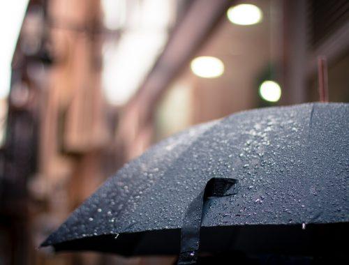 guarda chuva preto aberto na chuva