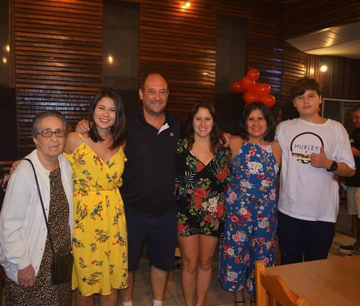 5 pessoas de uma mesma família posando para foto