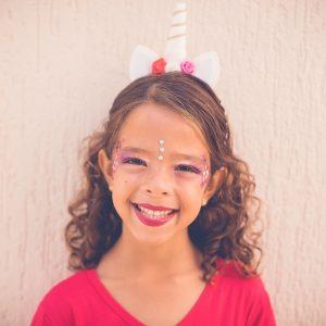 menina com fantasias de unicornio