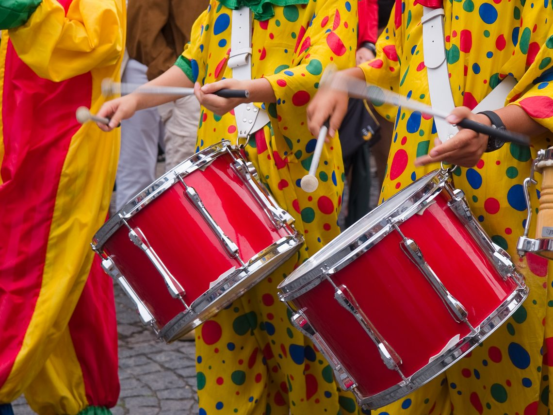 tambores de uma banda carnavalesca