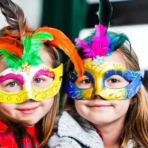 duas meninas com máscaras de carnaval