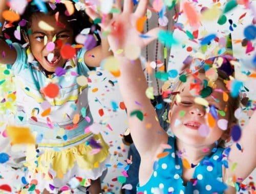 Crianças jogando confete para cima