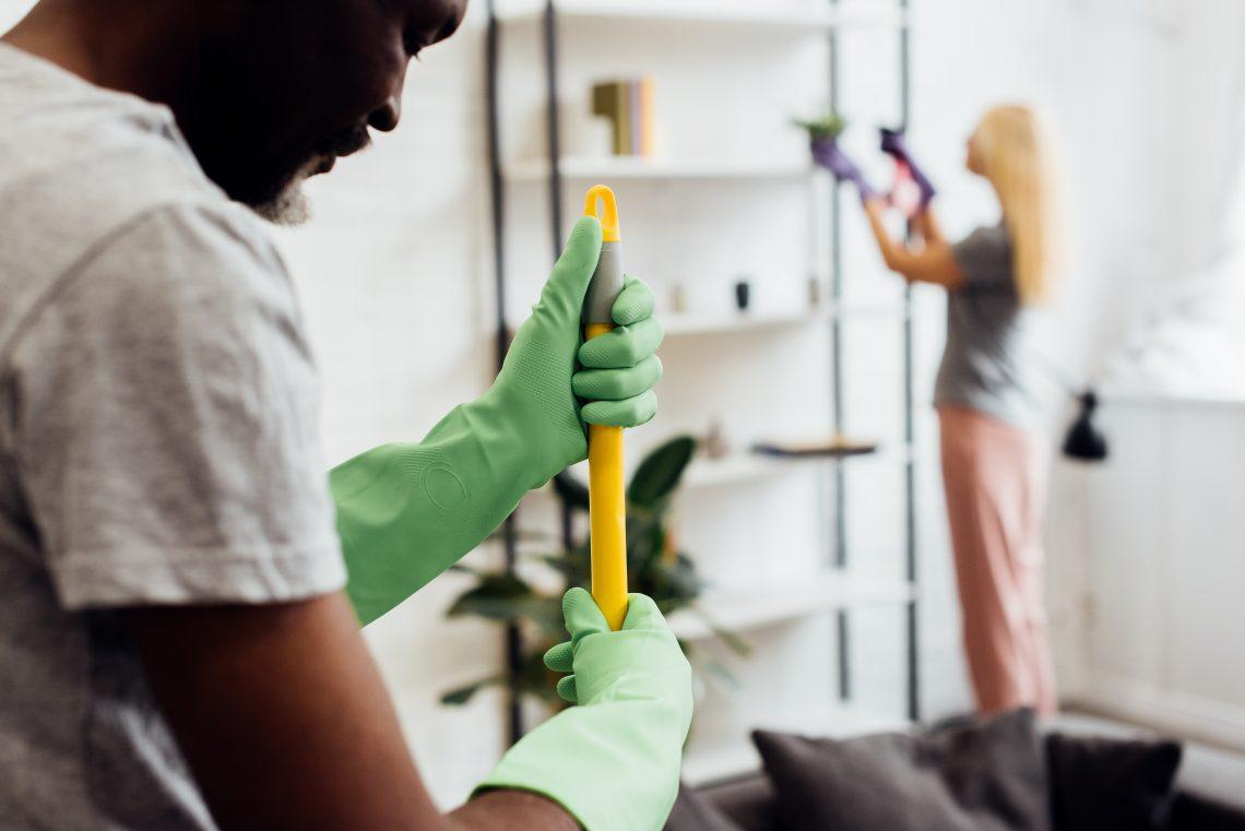 casal limpando a casa