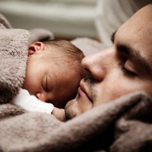pai dormindo com bebê