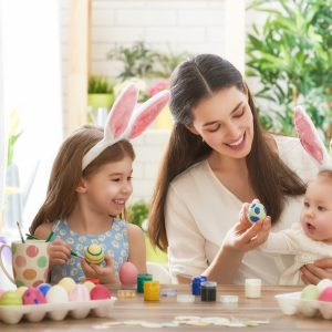 mãe com duas filhas fantasiadas de coelhinho