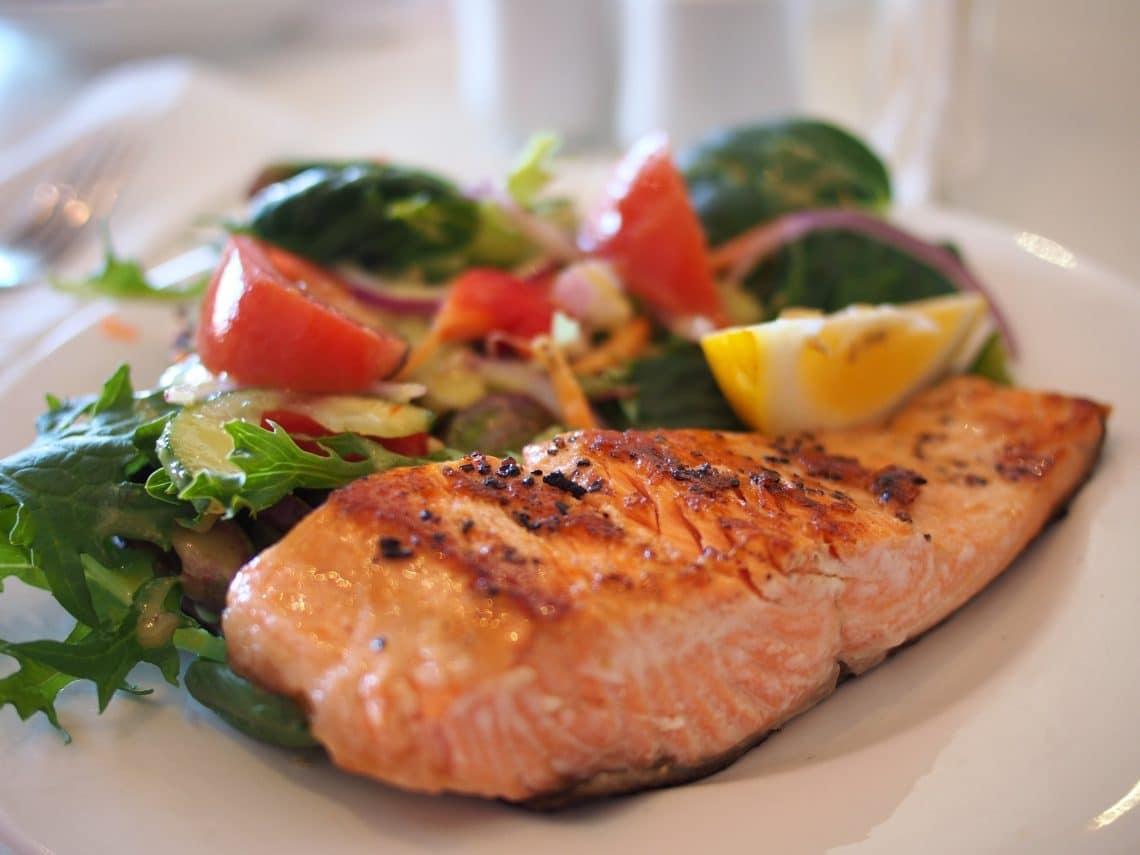 prato de refeição com salmão e legumes saudáveis