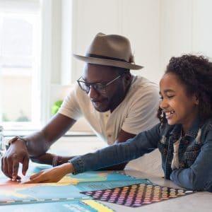 pai ensinando a filha com um mapa