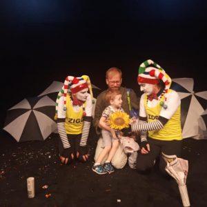 foto de personagens de teatro mudo com uma criança