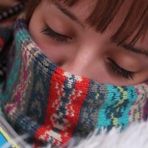 menina dormindo cobrindo o nariz
