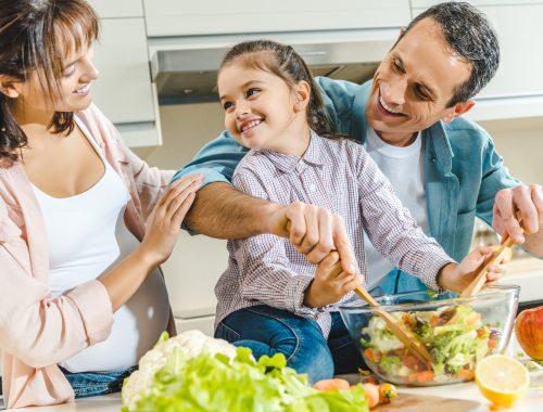 família fazendo a refeição saudável juntos