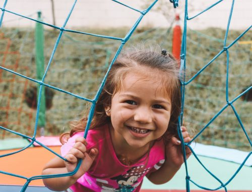 menina brincando no pula pula