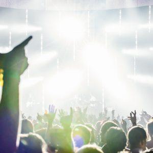 mãos para cima em show de rock