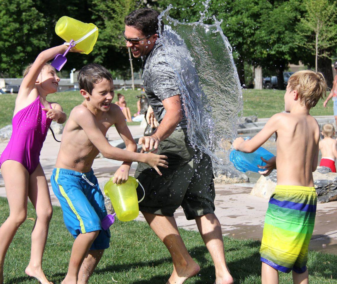 crianças brincando de jogar agua
