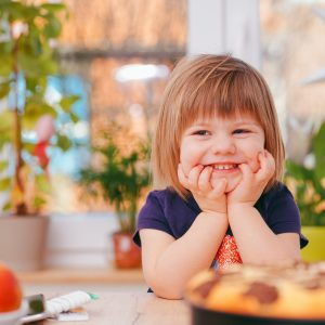 criança olhando com sorrisinho