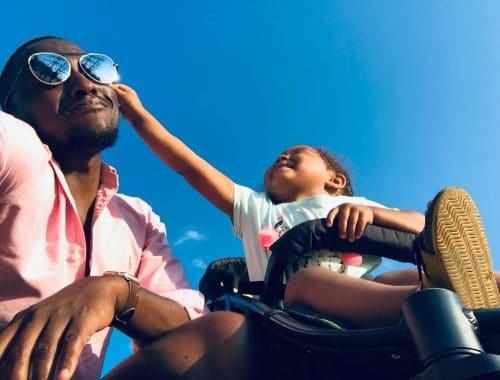 criança e pai brincando com um óculos em um dia de sol