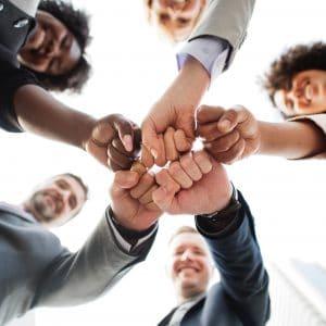 união de punhos de pessoa com semblante de negócios