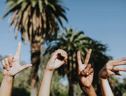 braços para cima escrevendo love com as mãos