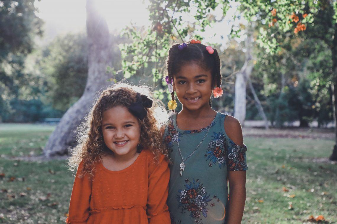 meninas diferentes sorrindo para foto