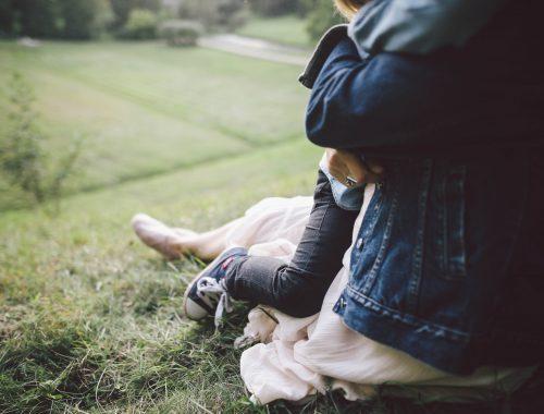 mulher abraçando criança em um jardim