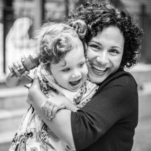 mulher abraçando uma criança