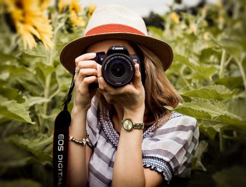 mulher de chapeu tirando foto