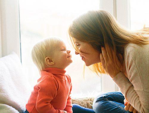 mulher brincando com criança
