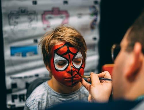 menino sendo pintado para o halloween